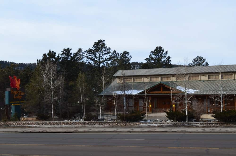 The Eagle Fire Lodge and Cabins is a popular choice for visitors with kids, as it is located near the Dinosaur Resource Center. It is also near all the shops and restaurants in downtown Woodland Park.