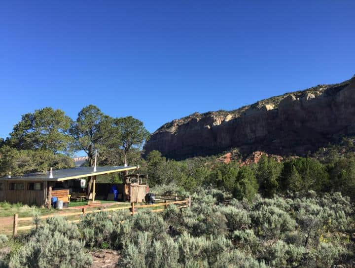 A glamping cabin in New Mexico near a canyon.